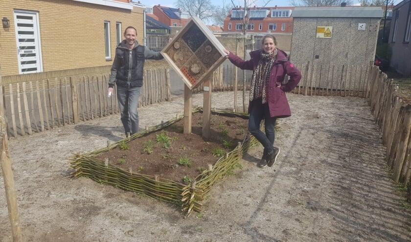 <p>Jan van Dijk en Jeske Goedhart in hun bijentuin.</p>