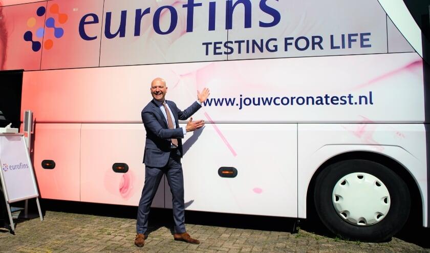 <p>Wethouder Armand Van de Laar presenteert vol trots de nieuwe Covid-19 testbus bij Eurofins.</p>