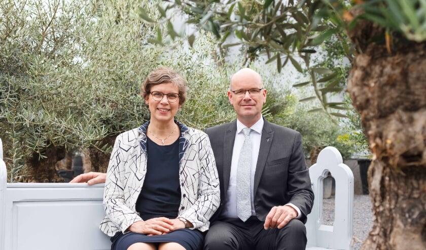 <p>Inge en Aart van Kruistum van Uitvaartcentrum Diakonos stellen een olijfboom ter beschikking.</p>