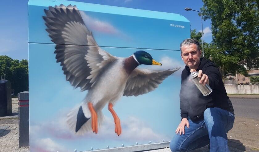 <p>Voorzitter Stefan van Ham van Kings of Colors voor een van de containers, die door graffitiartiest Gart Smits is versierd.&nbsp;</p>