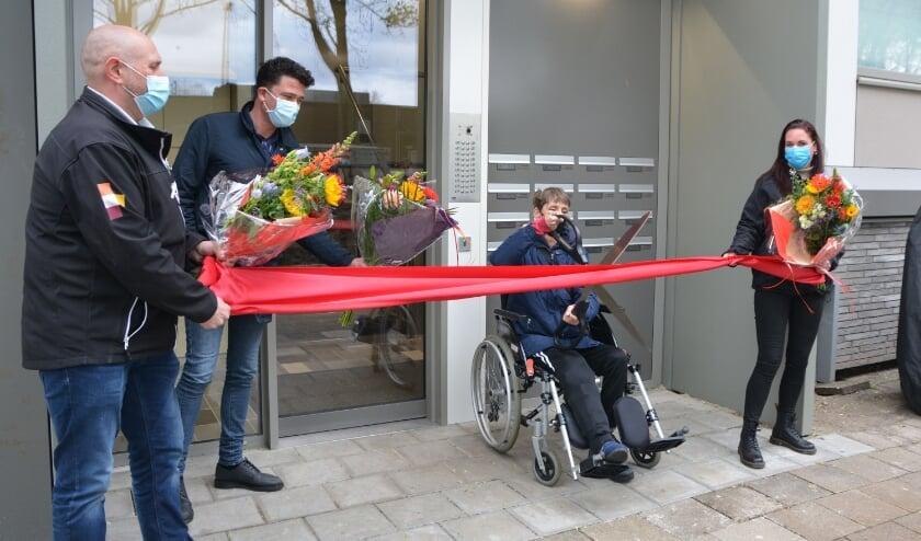 <p>Aan bewoonster Ria Huppelschoten de eer om het opgeknapte complex te openen.&nbsp;</p>