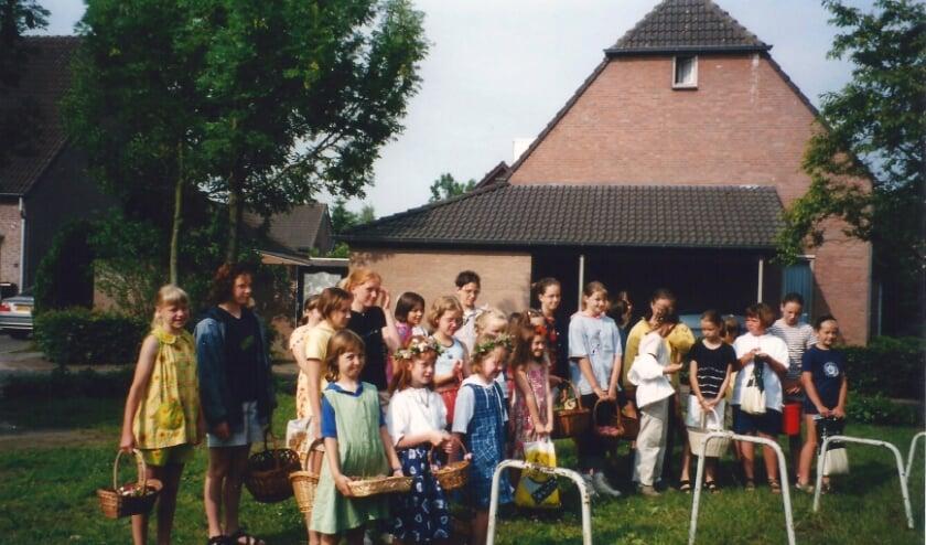 <p>Een archieffoto van Pinksterbloemzingen, waarbij kinderen van deze Pinksterbloemen nu alweer de traditie voortzetten.</p>