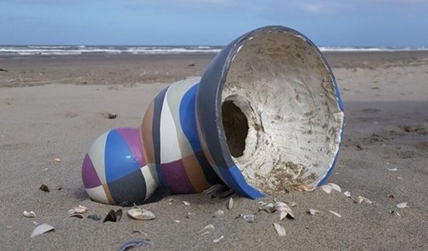 <p>Kunst &nbsp;ligt soms zo maar op het strand of &nbsp;langs een &nbsp;Klompenpad. In dit geval langs het Harslo&euml;rpad, op Landgoed De Lieskamp. Op de foto: werk van Sonja Kemp.&nbsp;</p>