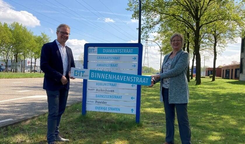 <p>Wethouder Gerrits en BIT voorzitter Sietske Smit onthullen de nieuwe bewegwijzering op bedrijvenpark Twentekanaal. </p>