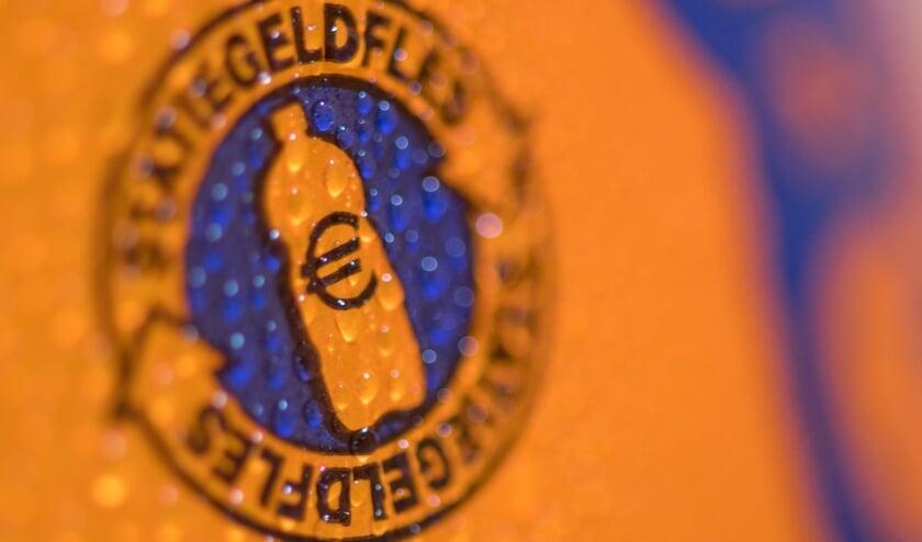 <p>Bij aankoop van een flesje met het logo betaal je bij de kassa 15 cent statiegeld.</p>