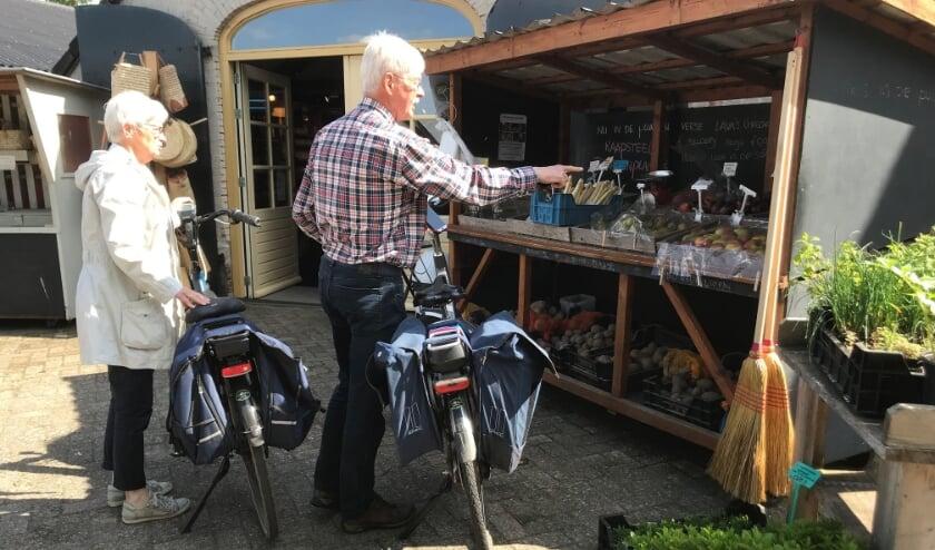 <p>&nbsp;Annie en Ruud de Jong op de fiets naar de landwinkel.</p>