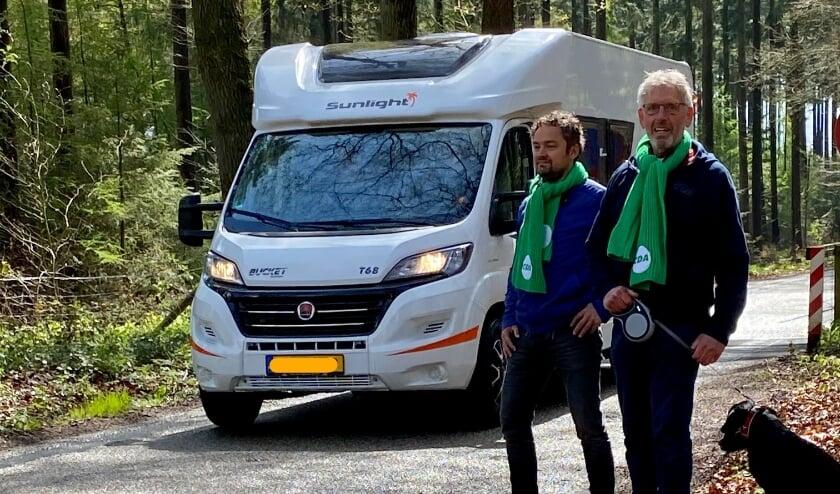<p>Foto: fractievoorzitter Koos Meijer en opvolger Wichert Stoffer op de Gortelseweg bij Vierhouten (CDA Nunspeet Lokaal)</p>