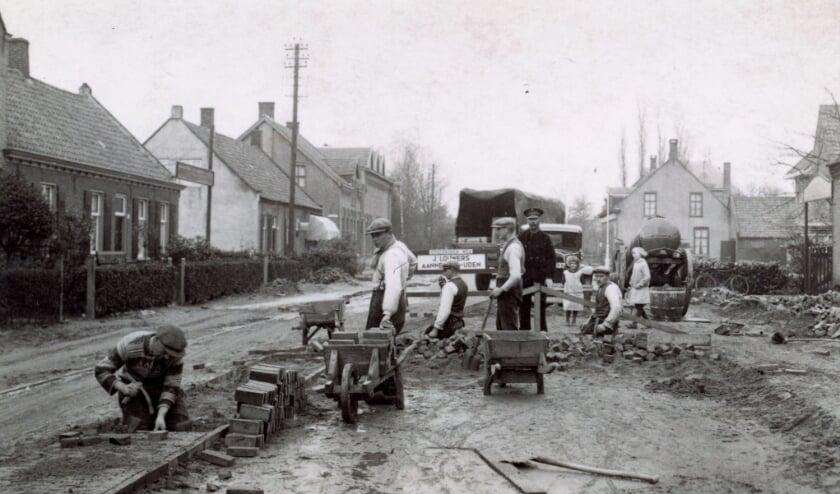 <p>Aanpak van de Provincialeweg in Meerveldhoven in 1936.(Foto: Archief)</p>