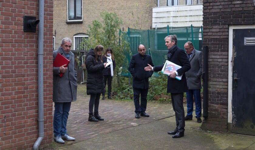<p>In december kwam de rechter zelf een kijkje nemen bij de erfbegrenzing van de Turfmarktlocatie. Foto: Jan van den Berg</p>