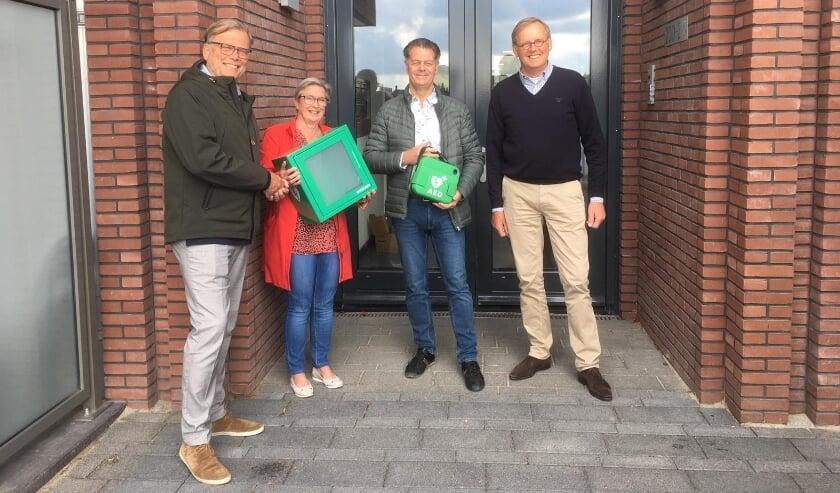 <p>De drie afgevaardigden van de betrokken V.v.E.'s en gebiedsontwikkelaar AM, v.l.n.r.: Andre Attasio, verkoopmanager gebiedsontwikkelaar AM, Els Turner V.v.E Rietvink, Arie de Graaff V.v.E Rozenburg en Ruud Brouwer V.v.E Landzigt.</p>