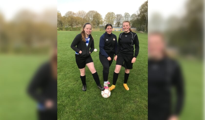 De eerste training samen op 1 mei 2021Links voetbalster van VV Terborg, midden voetbalster van VVG'25 en rechts voetbalster van Sportclub Silvolde