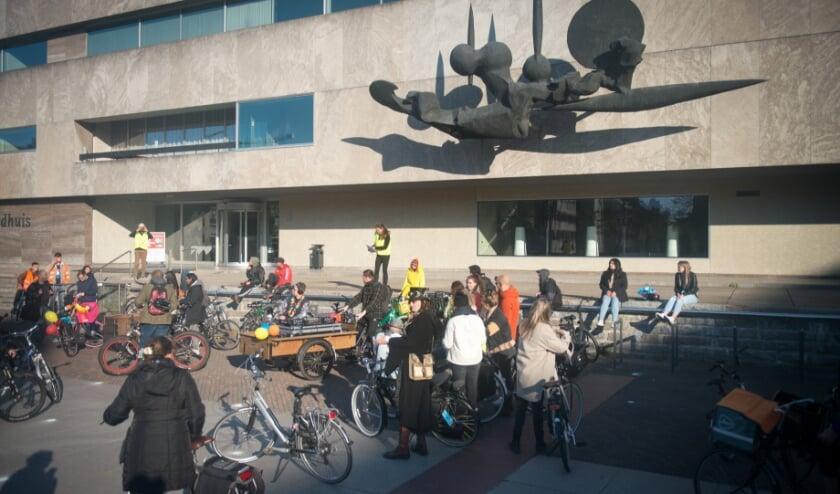 <p>Tijdens de fietsrave, een fietstocht die van start ging op het Stadhuisplein, werd aandacht gevraagd voor de toenemende (geestelijke) problematiek onder jongeren en voor een solidair beleid.</p>
