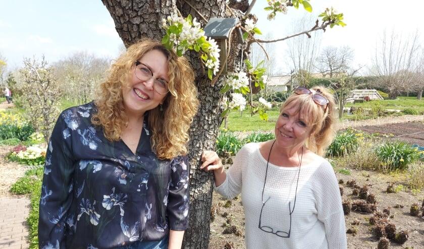 <p>Mieke en Els genieten samen met Carla van hun vrijwilligerswerk op de zorgboerderij.</p>