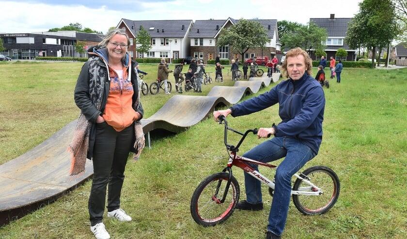 <p>Anne Oostendorp en Dennis Wissink in Silvolde bij de tijdelijke pumptrackbaan, die door de gemeente toert.</p>