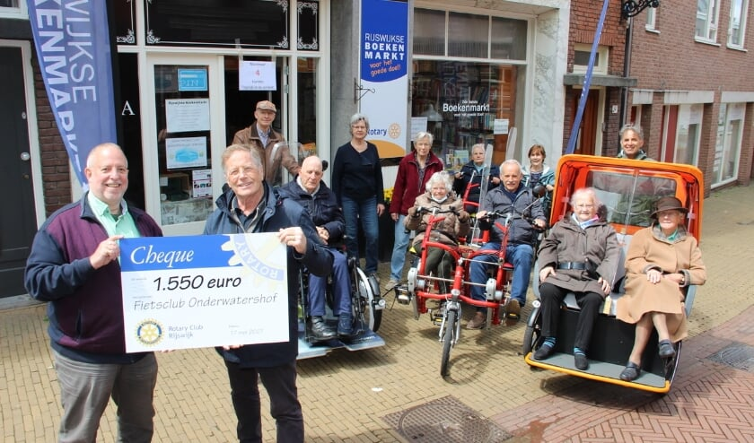<p>Vandaag werd de cheque overhandigt door winkelmanager en Rotary lid Ger Bulder aan initiatiefnemer Fietsproject Andr&eacute; van Zomeren&nbsp;</p>