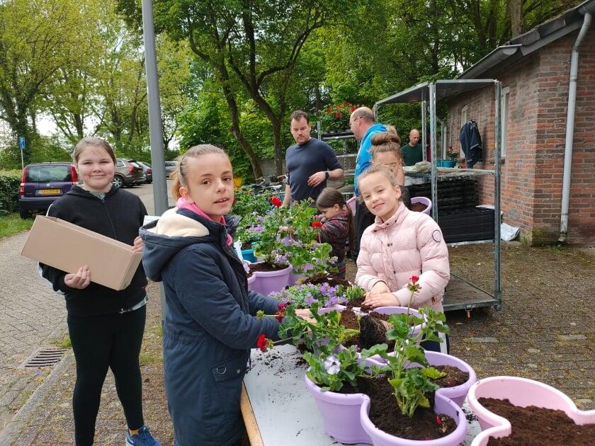 <p>In alle vroegte was de Vinkelse jeugd bijeengekomen om plantenbakken te vullen en rond te brengen in hun eigen wijk. &nbsp;</p>