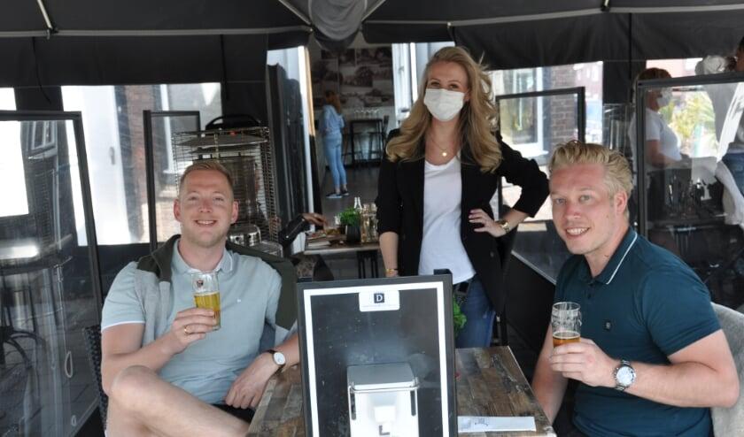 Erwin (l) en Raymond (r) met eigenaresse Chantal van Eetcafé Joos. 'Dit hebben we echt gemist.'
