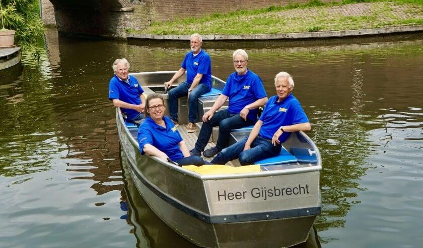 <p>Hans van Dis, Corien Rietveld, Cor van Duuren, Han Theil en Theo van Mil - in nieuwe shirts - zijn alvast in de boot gestapt.</p>