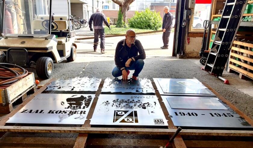 <p>Jaap Reedijk bekijkt de panelen in wording bij de firma Van Rijsoort in Klaaswaal. Mooie symboliek, die zit vlakbij de tuin van Zaal Koster en werkte belangeloos mee.&nbsp;</p>