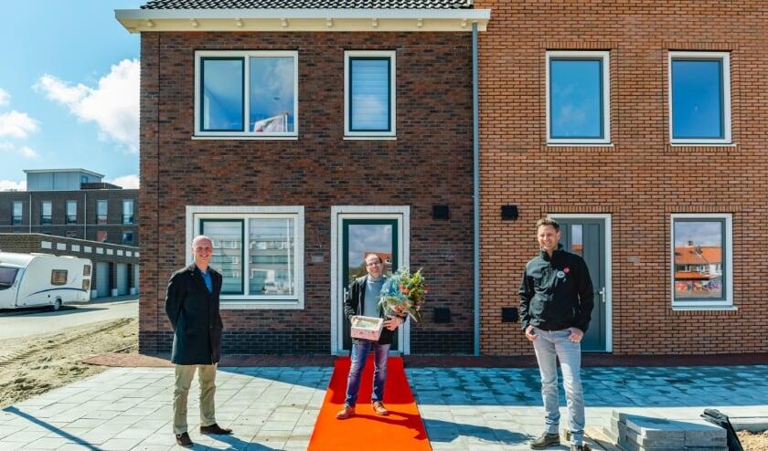 <p>Trotse bewoner Glenn krijgt de sleutels van zijn nieuwe woning op feestelijke wijze uitgereikt door Koert Jan Schulting, verhuurmakelaar CLB en Ferry van Asperen, Fijn Wonen Coach.</p>