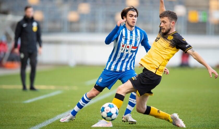 <p>Iker Pozo vecht een duel uit met Roda JC-middenvelder Robert Klaasen. (Foto: Johan Manders).</p>