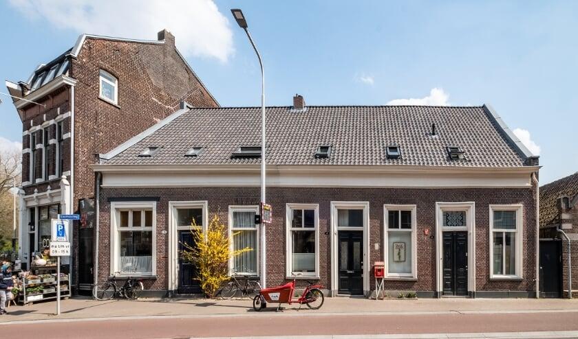 <p>De drie eenvoudige woningen in de rij, gebouwd rond 1860, rijksmonumenten.&nbsp;</p>