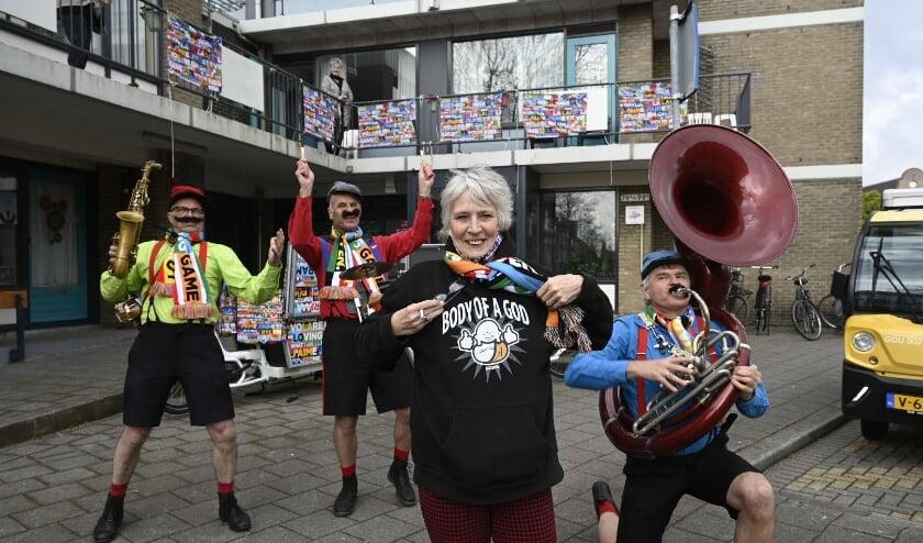 <p>Op initiatief van Nell Broekhuizen wonnen alle bewoners in flat De Kolk een Songfestival-huiskamerpakket.</p>