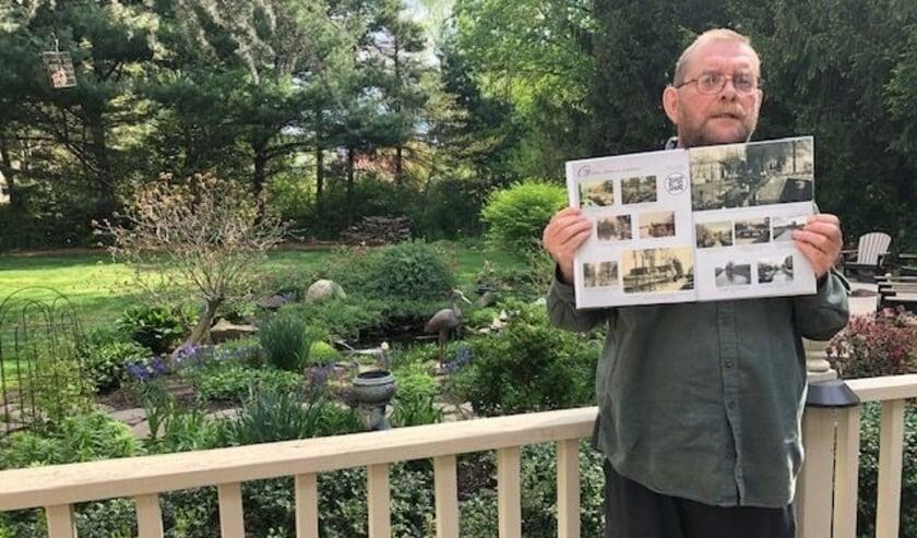 <p>Oud-Veenendaler Harry Blok woont in de States. Hier staat hij met het Veenendaalse plaatjesalbum bij zijn achtertuin.</p>