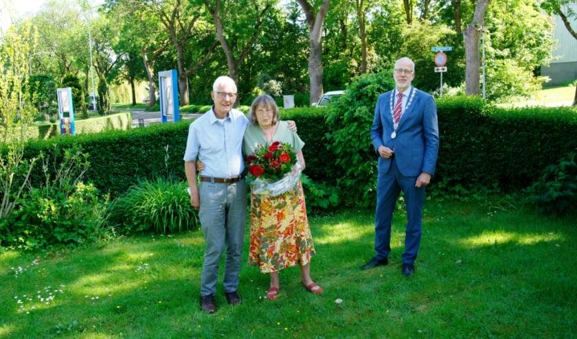 <p>Meester Sjef de Bruijn met zijn vrouw Alie en burgemeester Arend van Hout, die op bezoek kwam om het echtpaar te feliciteren.</p>