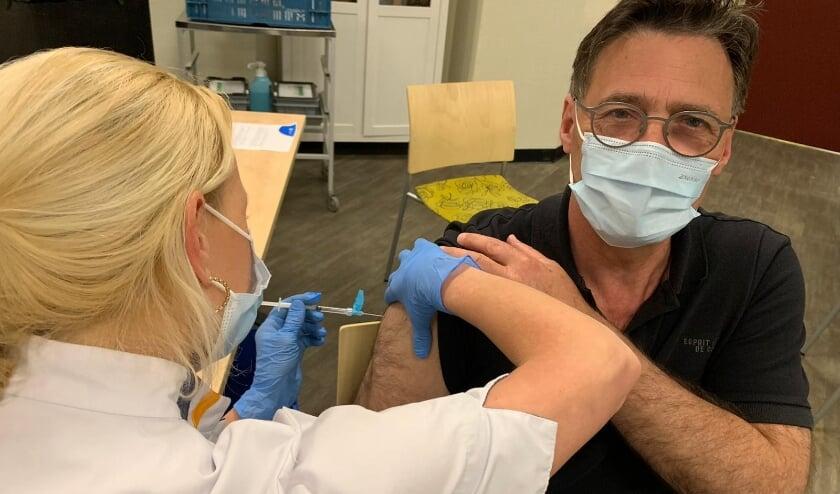<p>Zorgmanager Frits van der Velde stroopt zijn mouw op voor de vaccinatie tegen het coronavirus.&nbsp;</p>