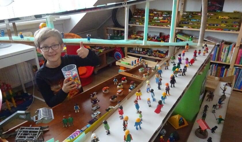 <p>De jonge Hugo is trots op de knikkerbaan die hij en zijn pappa Bas hebben gemaakt.</p>