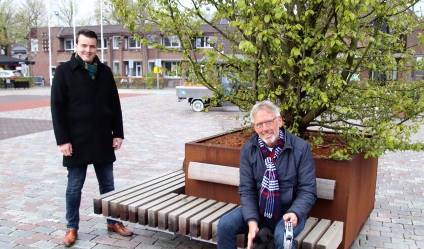 <p>Harm Jan Polinder en Koos Meijer blikken op de Markt bij een nieuwe boom met bankje even terug op de raadsvergadering.</p>