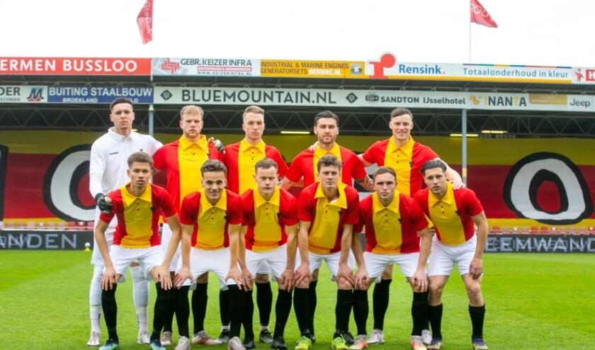 <p>Tijdens het duel met Helmond Sport (5-1 winst) speelde Go Ahead Eagles in een speciaal retrotenue. (Foto: Erik Pasman)</p>