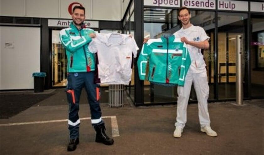 <p>Ambulanceverpleegkundige Robin Heijgen (links) en bachelor medische hulpverlening Melvin Nietveld met hun geruilde tenue. Eigen foto</p>