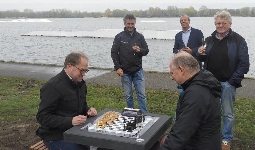 <p>Het eerste potje werd met spanning bekeken. Op de foto staan onder anderen wethouder Schotanus en Albert Kalkhoven.</p>