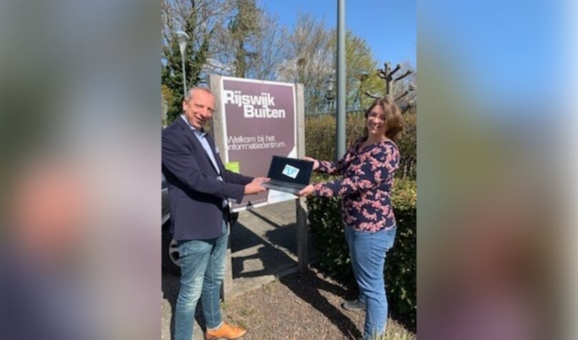 <p>Dick Boelen, directeur Dura Vermeer, overhandigd namens de ontwikkelaars RijswijkBuiten een cheque aan Emma Kager, consulent Stichting Kei Rijswijk.&nbsp;</p>