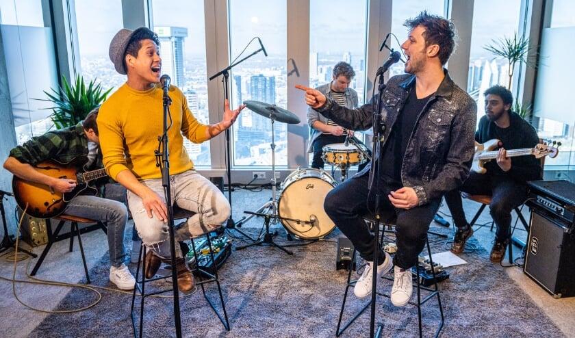 <p>Darren Garner en Guus Bok zingen samen&nbsp;</p>