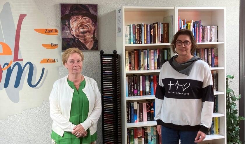 <p>Vrijwilligers Olga en Marlene in Cultureel Centrum De Schalm</p>