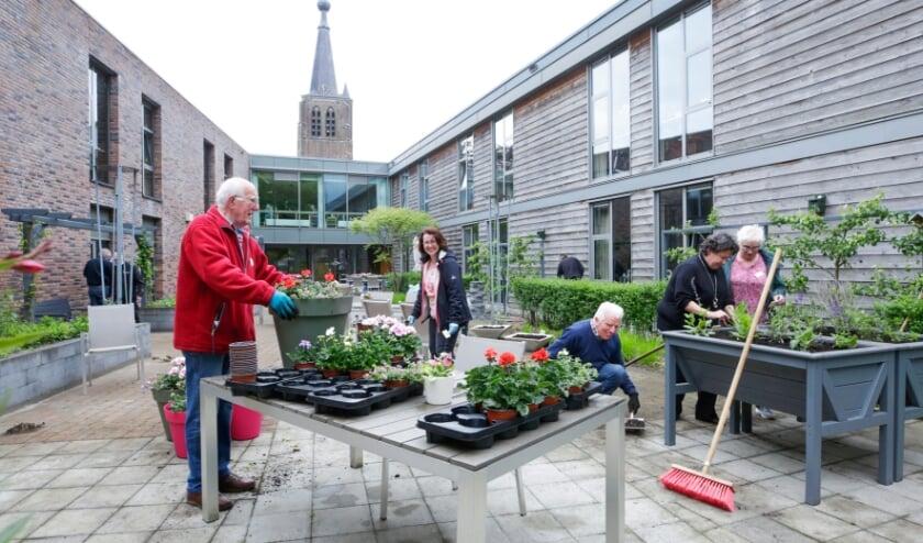 <p>Vrijwilligers zijn druk bezig met de opknapbeurt van de binnentuin van Leenderhof.&nbsp;</p>