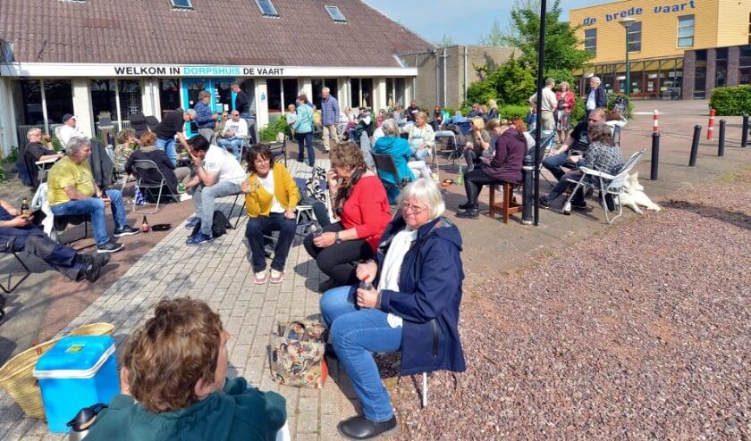 Linschoten 14-05-2021 Linschoten protesteert tegen terrassenbeleid gemeente Montfoort door eigen terras in te richten voor Dorpshuis De Vaart