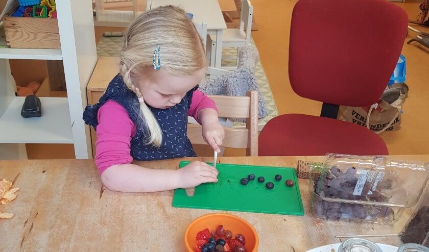 <p>Fruitcreaties maken bij kinderopvang Kanjers&nbsp;</p>