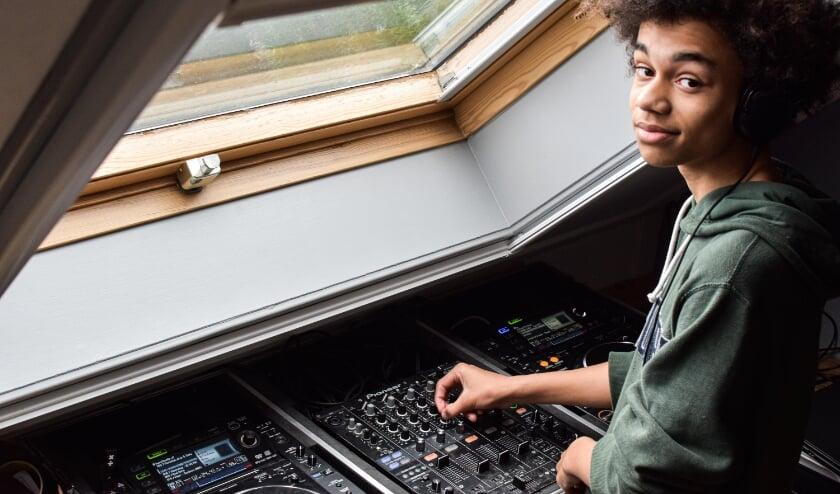 <p>Veenendaler Mees Javois maakt op zijn zolderkamer muziek dat de mensen doet swingen op de dansvloer. Hij wil naar de Herman Brood Academie om zich verder te professionaliseren.&nbsp;</p>