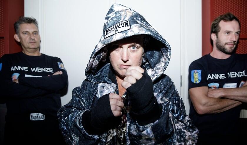 <p>Anne Wenzel bij de bokswedstrijd in het Stedelijk Museum Schiedam.</p>