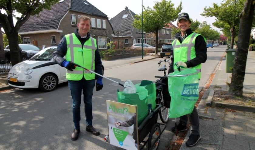 <p>Burgemeester Gert-Jan Kats met rechts de co&ouml;rdinator van TeamClean, Tjeerd de Vries.</p>