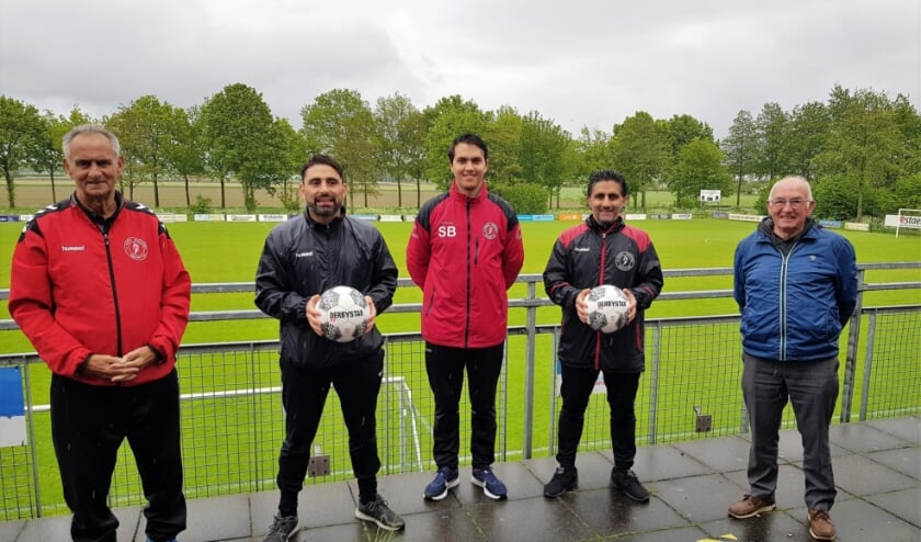 <p>Frans van Ernst, Amir, Shahin en Reza Banzadeh en Gerard Vos (vlnr), de stuwende krachten achter de Banzadeh Voetbalschool.</p>