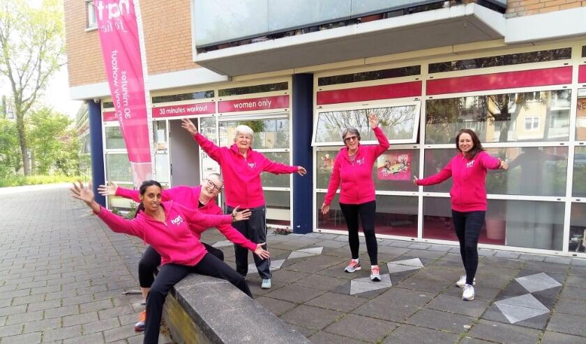 <p>De enthousiaste leden van fitnessclub &#39;hart for her&#39; zijn blij dat ze eindelijk weer in de sportschool terecht kunnen. Vooraan op de foto eigenaresse/instructeur Sushma.</p>