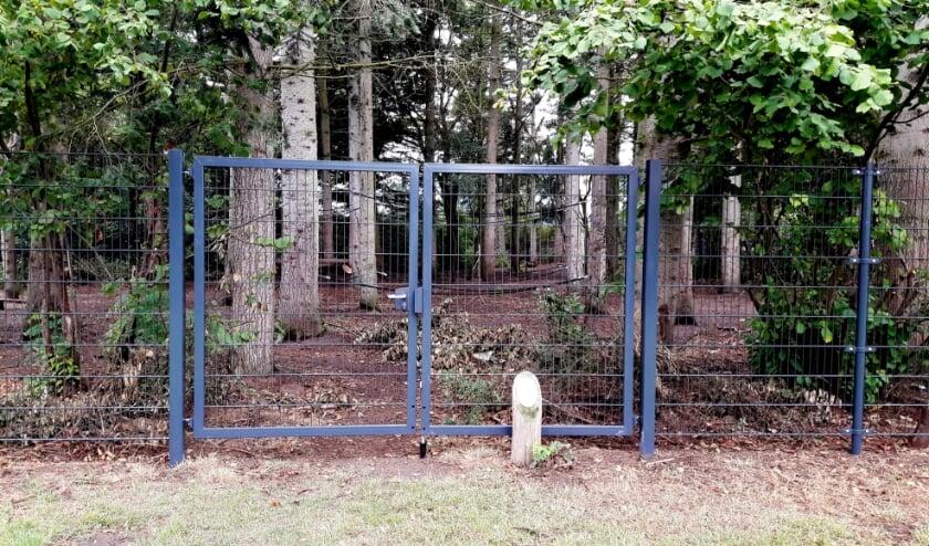 <p>Het omstreden hek. Omwonenden willen het hek weg hebben.</p>