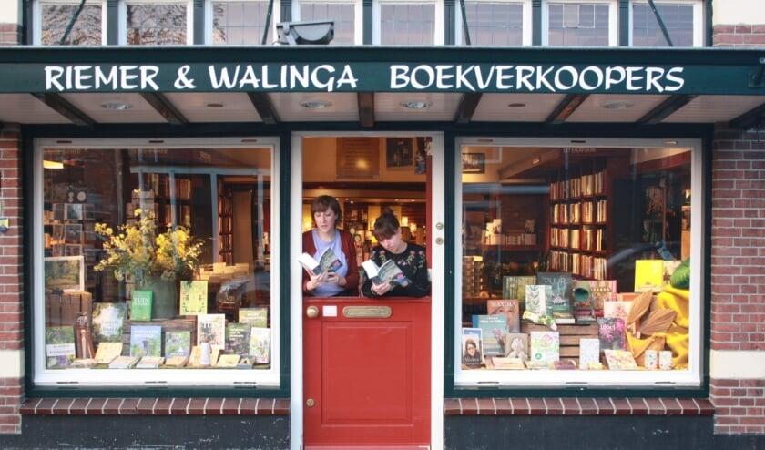 <p>Elise en Marieke Walinga, fans van De Zevende Zus, mochten de eerste exemplaren uitreiken.</p>