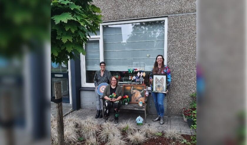 <p>Creatieve dames Wieteke, Saskia en Kitty met hun zelf gemaakte creaties</p>
