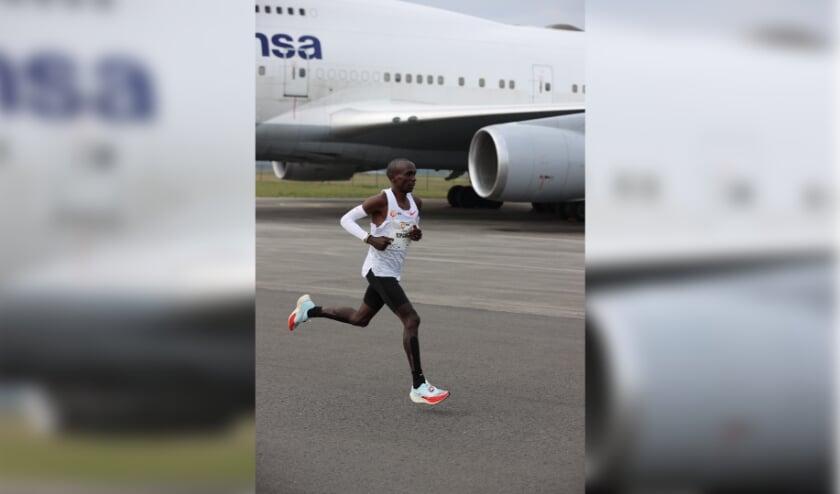 <p>Hardlopen op Vliegveld Twenthe als wereldrecordhouder Eliud Kipchoge: het kan zondag.</p>